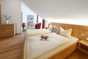 Ein Bett oder Betten in einem Zimmer der Unterkunft Hotel & Ferienappartements Edelweiss
