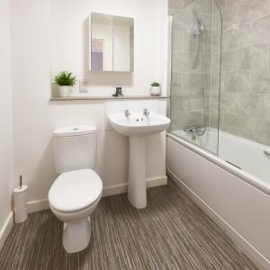 A bathroom at Vizion Serviced Apartments - Shortstay MK