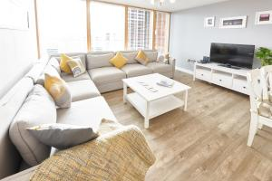 A seating area at Vizion Serviced Apartments - Shortstay MK