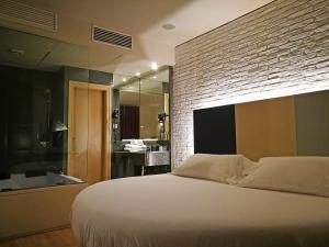 A bed or beds in a room at H La Paloma Adults Only