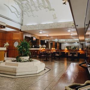 Un restaurant u otro lugar para comer en Balmoral Plaza Hotel