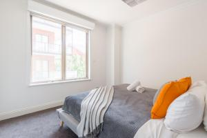 A bed or beds in a room at One Bedroom In Adelaide's East End FREE WIFI*Netflix*Parking