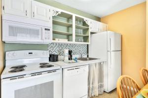 A kitchen or kitchenette at The Lovely Savanna