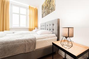 Łóżko lub łóżka w pokoju w obiekcie Apartamenty Chopina 4