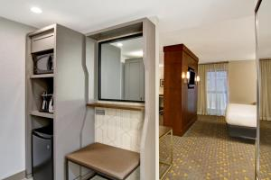 A bathroom at Holiday Inn Oakville Centre
