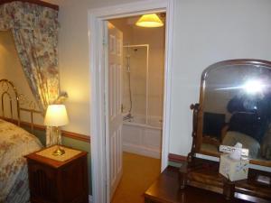 A bathroom at Leadon House Hotel