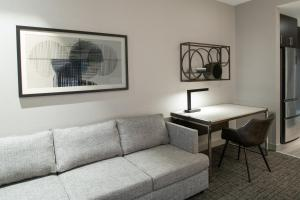 A seating area at Staybridge Suites - Quincy, an IHG Hotel