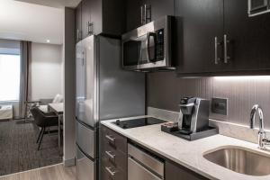 A kitchen or kitchenette at Staybridge Suites - Quincy, an IHG Hotel