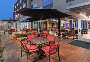 A restaurant or other place to eat at Holiday Inn Express & Suites - Brenham South
