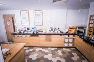 A kitchen or kitchenette at Holiday Inn Express - Exeter - City Centre