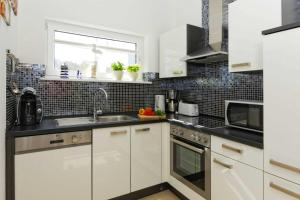 A kitchen or kitchenette at Lotsenstieg 03