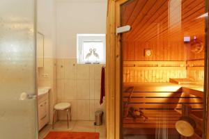 A bathroom at Lotsenstieg 03
