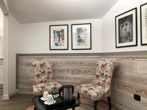 A seating area at Hotel Alla Posta