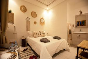 A bed or beds in a room at Miel et une nuit