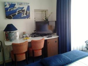 A television and/or entertainment center at Hotel Hoogland Zandvoort aan Zee