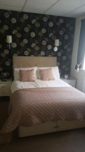 A bed or beds in a room at Le Maitre