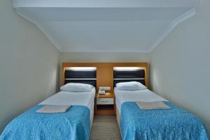 Ліжко або ліжка в номері Crystal Flora Beach Resort