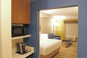 A bed or beds in a room at Holiday Inn Express & Suites - St. Louis South - I-55