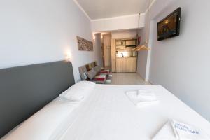 Кровать или кровати в номере Hotel Parthenon Rodos city