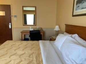 Un ou plusieurs lits dans un hébergement de l'établissement Quality Inn Riviere-Du-Loup