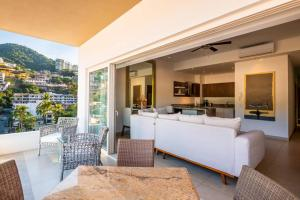 A seating area at Zenith 601, Zona Romantica, 2 Balconies with Incredible Views, Rooftop Pool