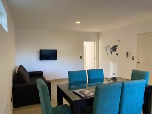 A seating area at Mendoza Apartments Ezeiza Airport