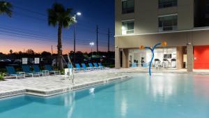 A piscina localizada em Holiday Inn Express & Suites - Orlando At Seaworld ou nos arredores