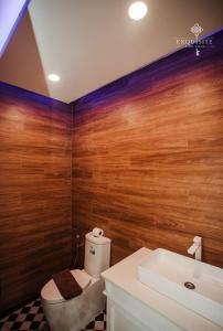 A bathroom at Pool Villa Pattaya 5BD - Exquisite Pool Villa G