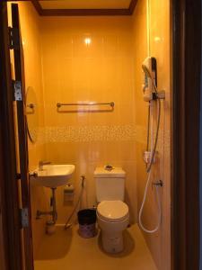 A bathroom at Ruen Thai Ban Rim Nam
