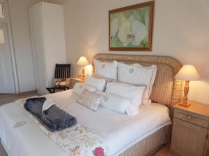 A bed or beds in a room at Villa Vista Guest House