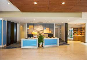 The lobby or reception area at Holiday Inn Express & Suites Pittsburgh North Shore