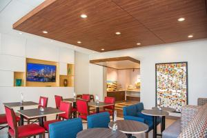 A restaurant or other place to eat at Holiday Inn Express & Suites Pittsburgh North Shore
