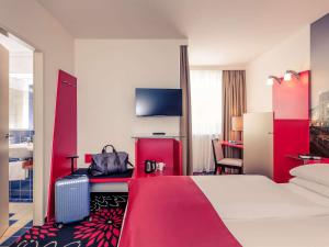 A bed or beds in a room at Hotel Mercure Wien City