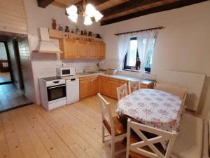 Kuchyň nebo kuchyňský kout v ubytování Chalúpka Emily