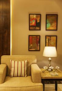 Een zitgedeelte bij Shams Alweibdeh Hotel Apartments