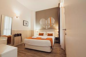 A bed or beds in a room at Hostal Live Barcelona