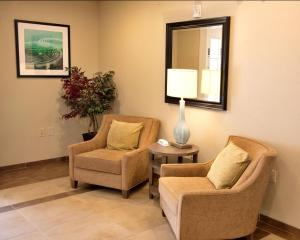A seating area at Candlewood Suites Alexandria
