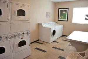A kitchen or kitchenette at Candlewood Suites Alexandria