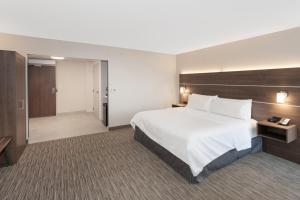 A bed or beds in a room at Holiday Inn Express & Suites - Ottawa Downtown East
