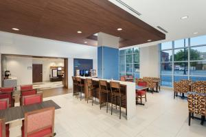 A restaurant or other place to eat at Holiday Inn Express & Suites - Ottawa Downtown East