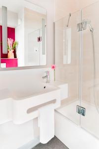 A bathroom at B&B Hôtel