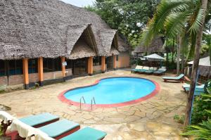 The swimming pool at or close to L'Oasis Lodge