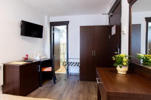 A television and/or entertainment center at Hotel Duke Armeneasca - Ex Tempo