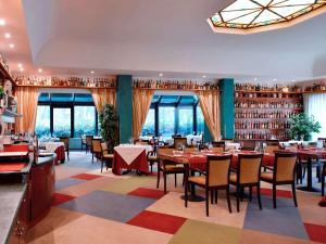 A restaurant or other place to eat at Mercure Reggio Emilia Centro Astoria