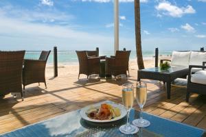 Een restaurant of ander eetgelegenheid bij Ocean Blue & Sand Beach Resort - All Inclusive