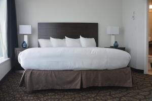 A bed or beds in a room at Tower Hotel at Fallsview
