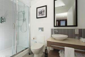 A bathroom at Staybridge Suites Birmingham, an IHG hotel