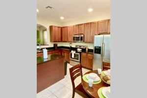A kitchen or kitchenette at Spacious 6 Bed with Pool