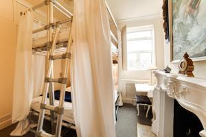 A bathroom at OYO London Lodge