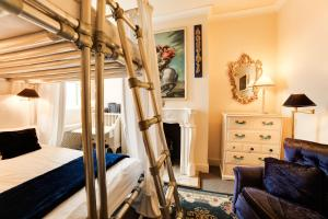 A bunk bed or bunk beds in a room at OYO London Lodge